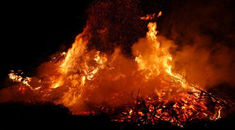 Luckauer Osterfeuerhütte brannte komplett nieder!